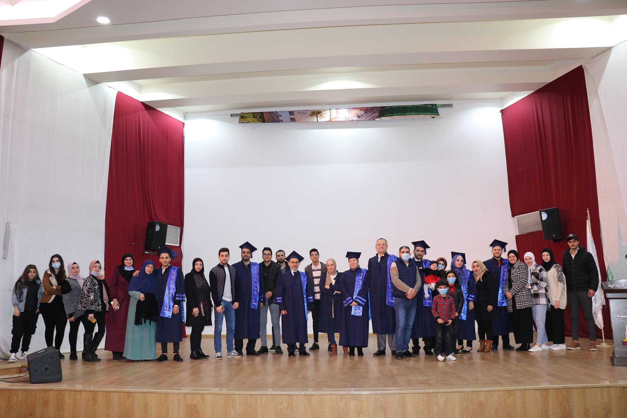 حفل تصويري لخريجي طلاب كلية إدارة الأعمال في جامعة طرابلس (1/7)