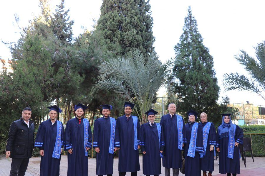 حفل تصويري لخريجي طلاب كلية إدارة الأعمال في جامعة طرابلس (3/7)