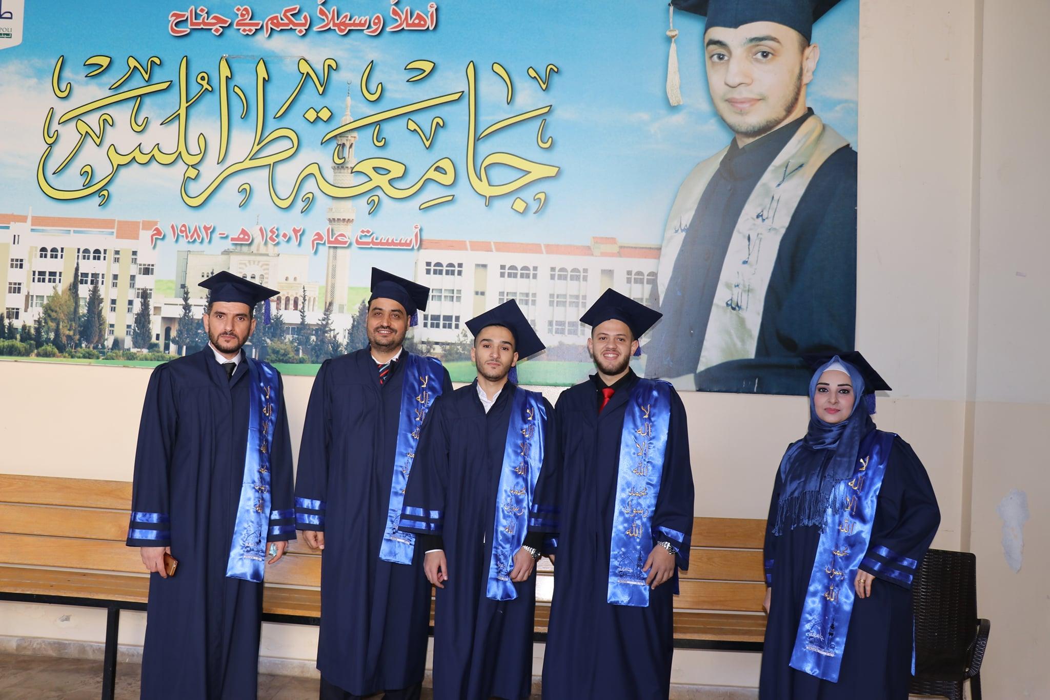 حفل تصويري لخريجي طلاب كلية إدارة الأعمال في جامعة طرابلس (4/7)