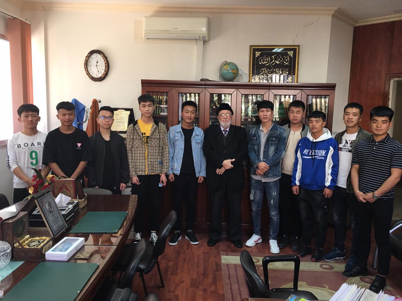 سماحة رئيس مجلس الأمناء يستقبل الطلاب الوافدين الجدد من الصين (2/2)