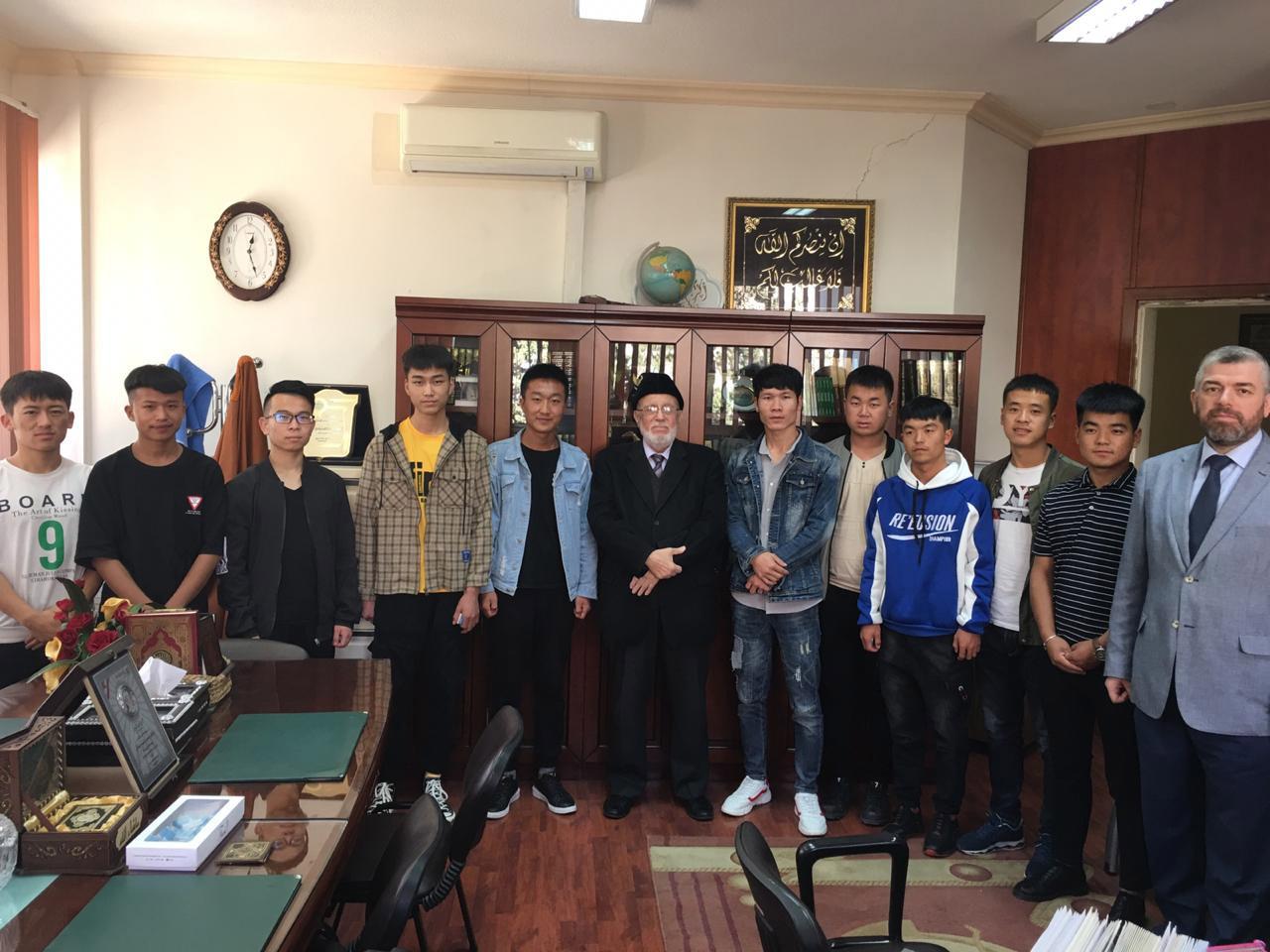 سماحة رئيس مجلس الأمناء يستقبل الطلاب الوافدين الجدد من الصين (1/2)