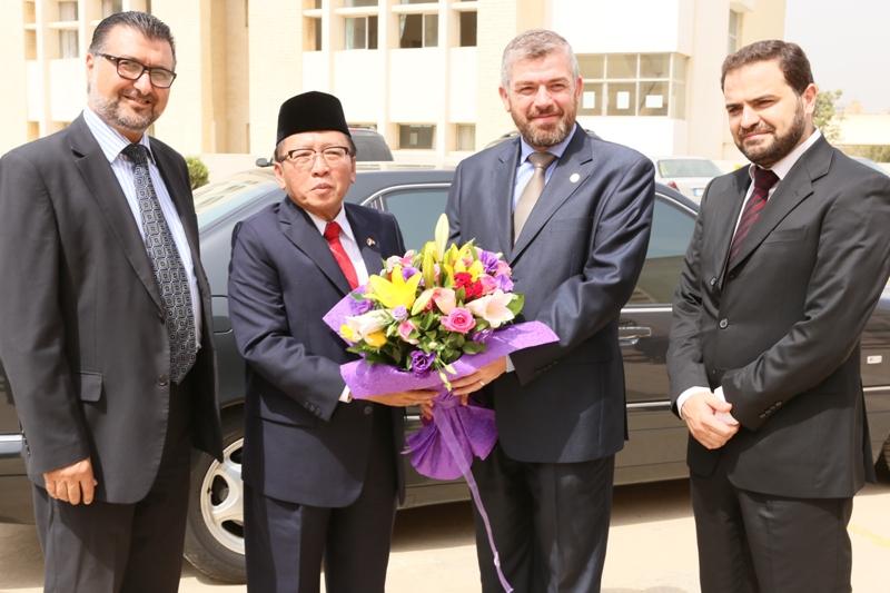 زيارة السفير الاندونيسي إلى جامعة طرابلس (2/2)