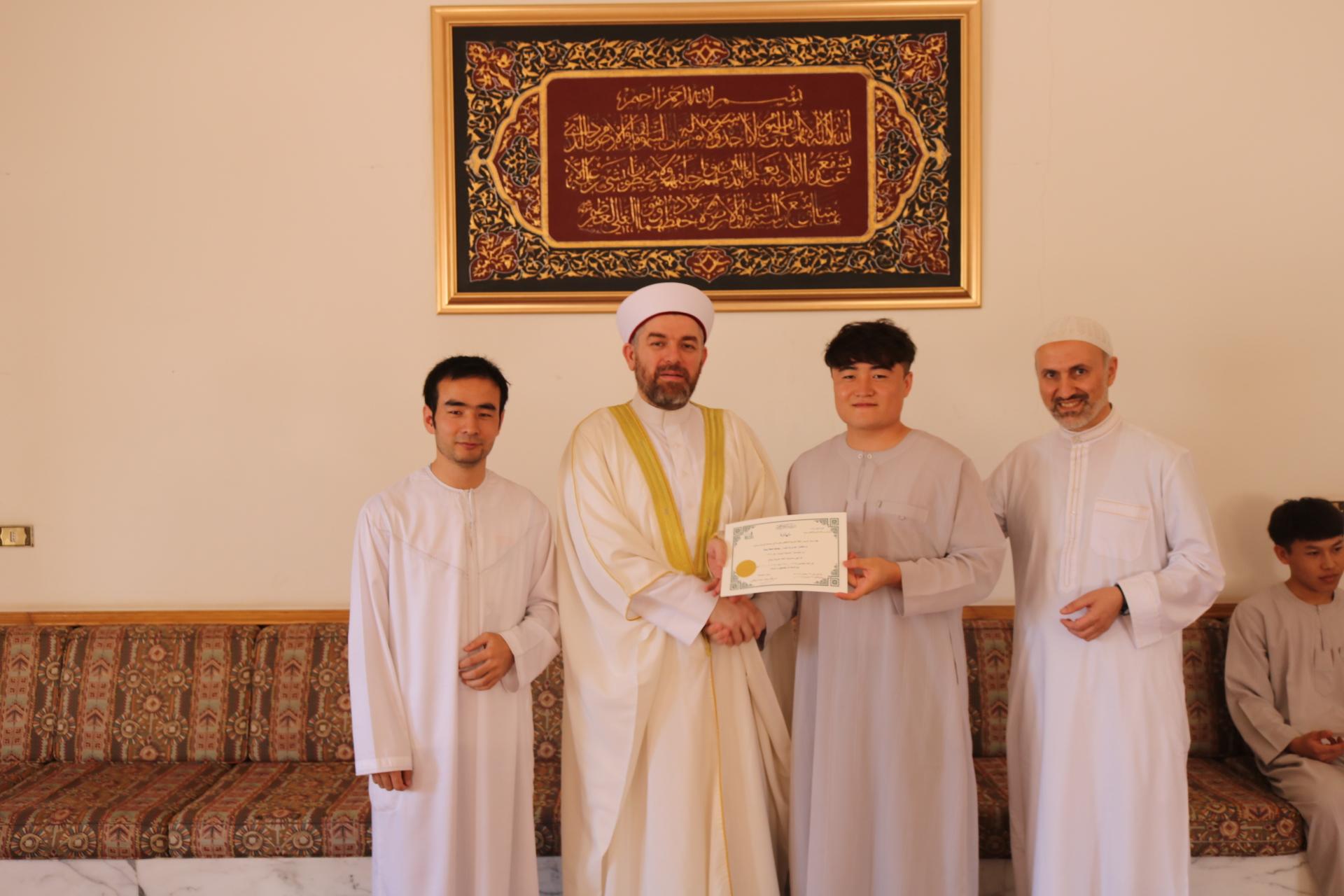 رئيس جامعة طرابلس يوزع شهادات إنهاء مستويات اللغة العربية للطلاب الصينيين (1/3)