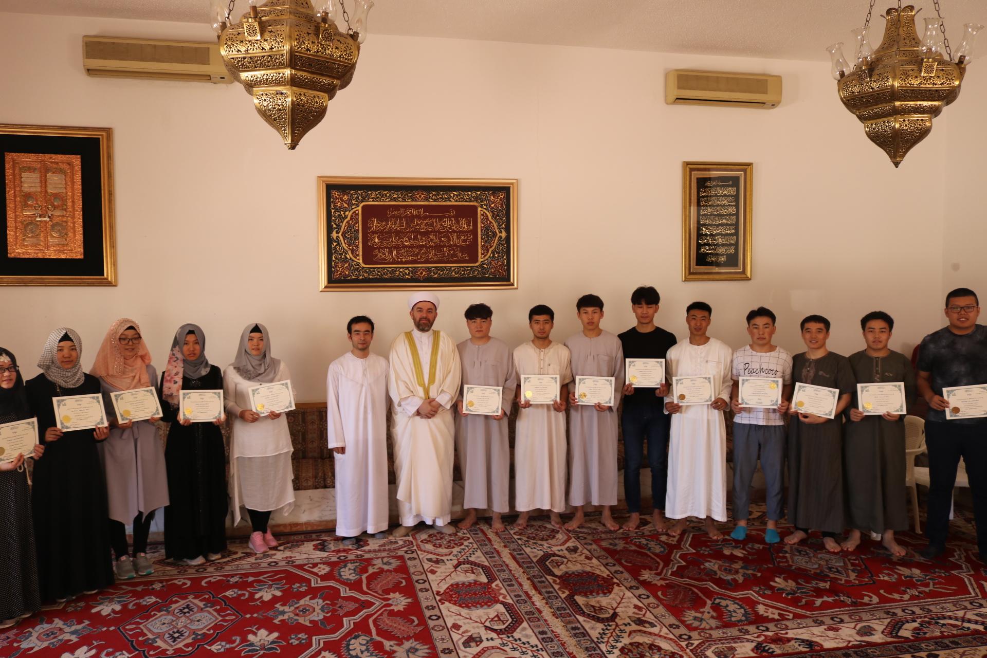 رئيس جامعة طرابلس يوزع شهادات إنهاء مستويات اللغة العربية للطلاب الصينيين (2/3)