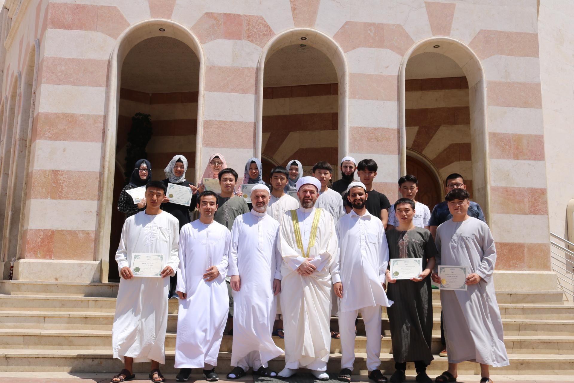 رئيس جامعة طرابلس يوزع شهادات إنهاء مستويات اللغة العربية للطلاب الصينيين (3/3)